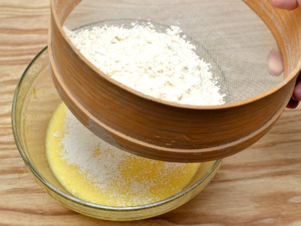 Lọc bột qua rây để bột được mịn