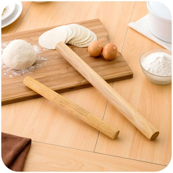 Cán mỏng bột bánh xếp chiên rồi tiến hành tạo hình dáng cho lớp bánh