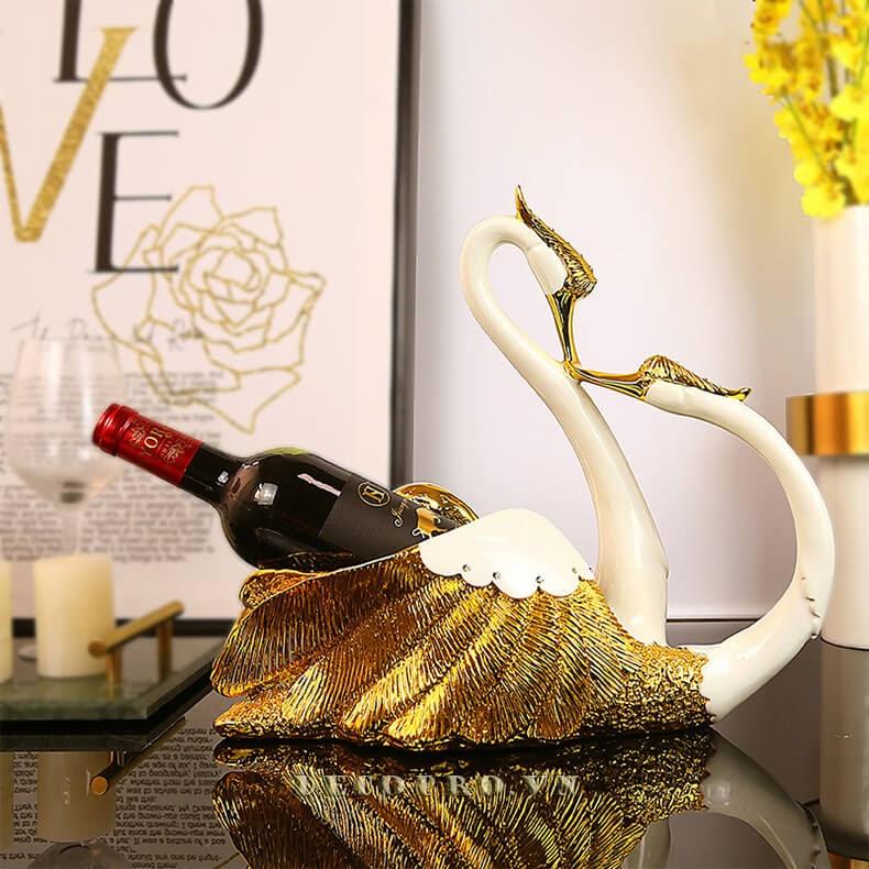 Kệ rượu vang cặp thiên nga tạo nên vẻ đẹp đơn giản mà lại sang trọng cho cả ngôi nhà